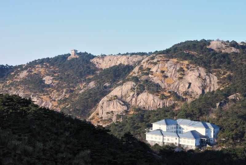 Hotel op de bovenkant van de berg van Huangshan stock foto's