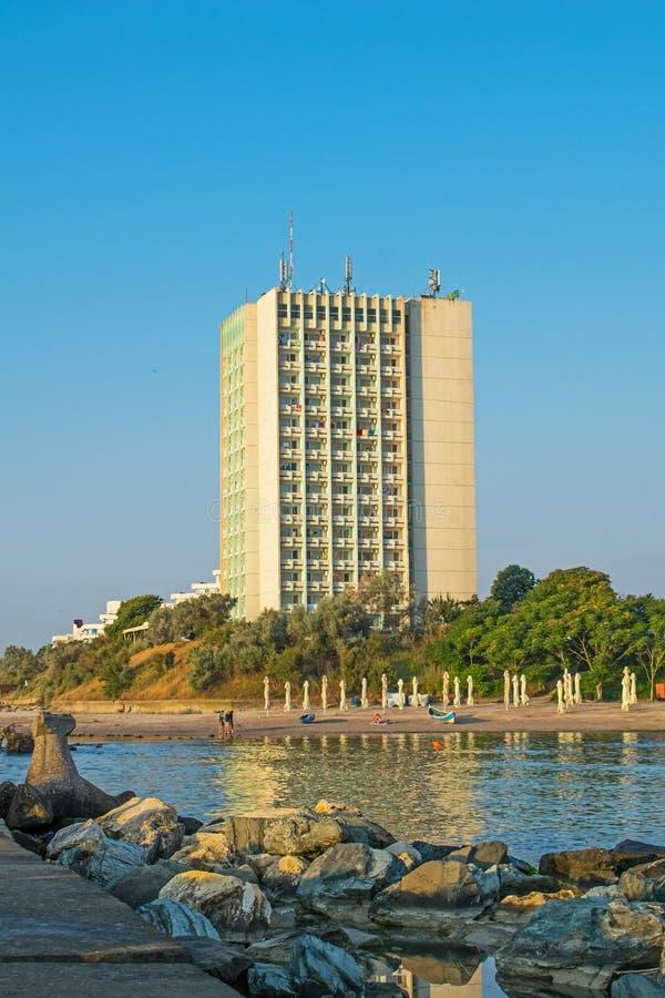 Hotel op de kust van de Zwarte Zee, in de toevlucht van Jupiter, Roemenië, Europa De zomer is begonnen en meer toeristen komen bi royalty-vrije stock afbeelding