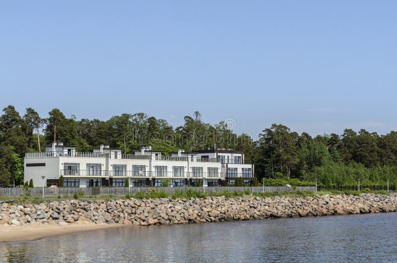 Hotel pelo mar, pela vista bonita e pelo fundo O conceito das f?rias foto de stock royalty free