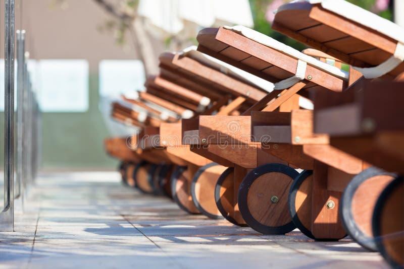 Hotel Poolside-Stühle lizenzfreie stockfotografie
