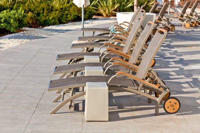Hotel Poolside-Stühle stockfotos