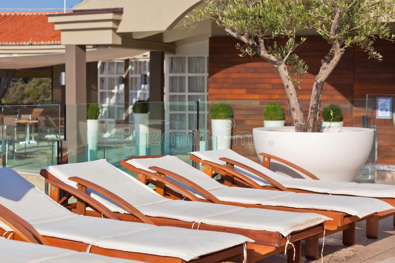 Hotel Poolside-Stühle lizenzfreies stockbild
