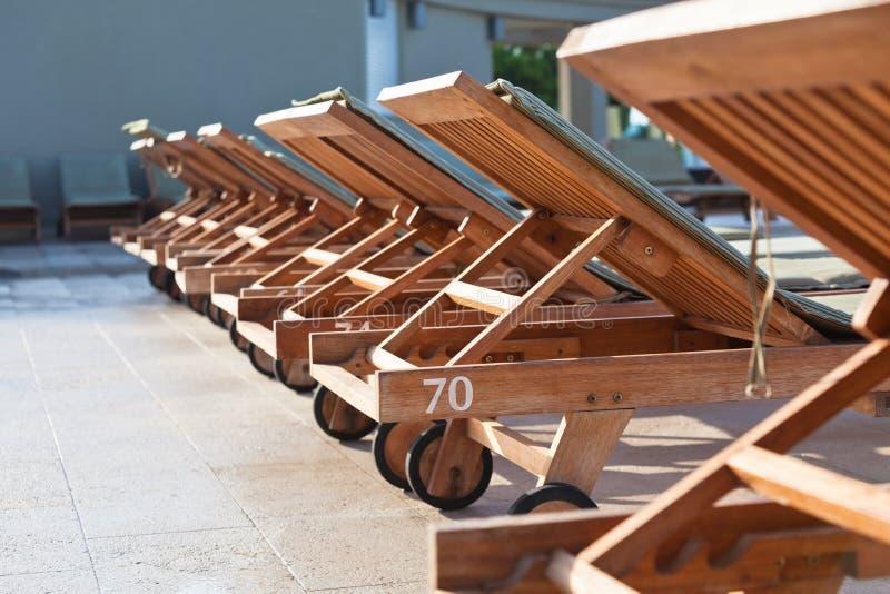 Hotel Poolside-Stühle lizenzfreies stockfoto