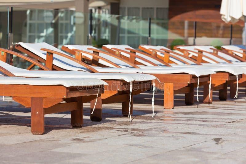 Hotel Poolside-Stühle lizenzfreie stockbilder