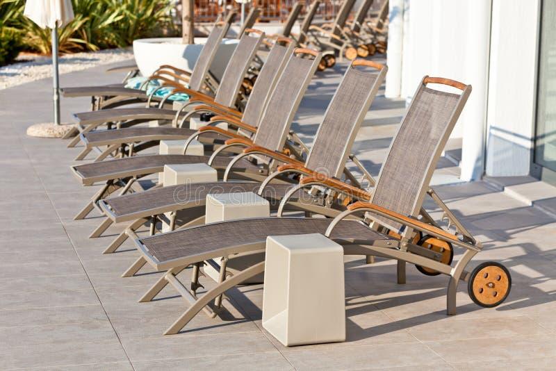 Hotel Poolside-Stühle stockbilder