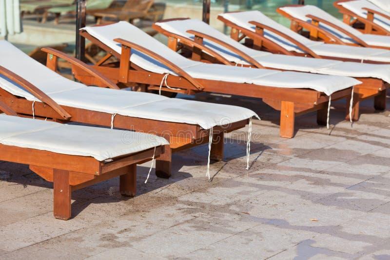 Hotel Poolside-Stühle stockfoto