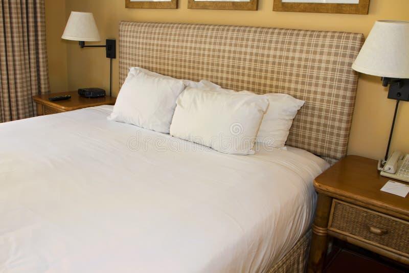Hotel-Rücksortierungs-Bett und weißes Leinen