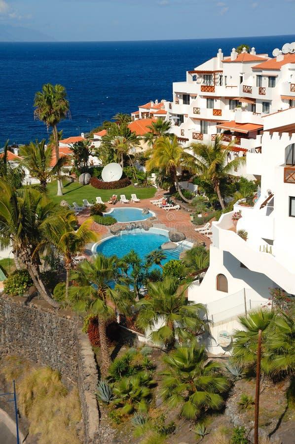 Hotel, raggruppamento ed oceano fotografia stock libera da diritti