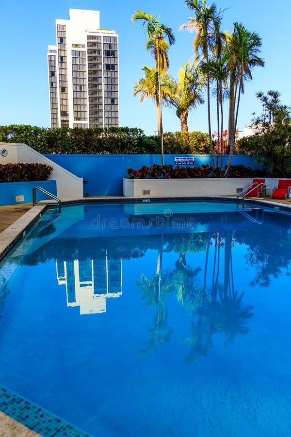 Hotel refletido na associação tropical foto de stock royalty free