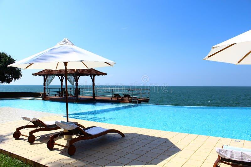 Hotel Saman Villas de la piscina y el Océano Índico fotos de archivo libres de regalías