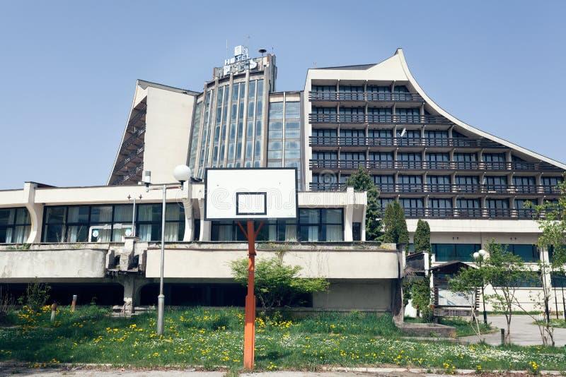 Hotel socialista abandonado da era em Kosovo imagens de stock royalty free