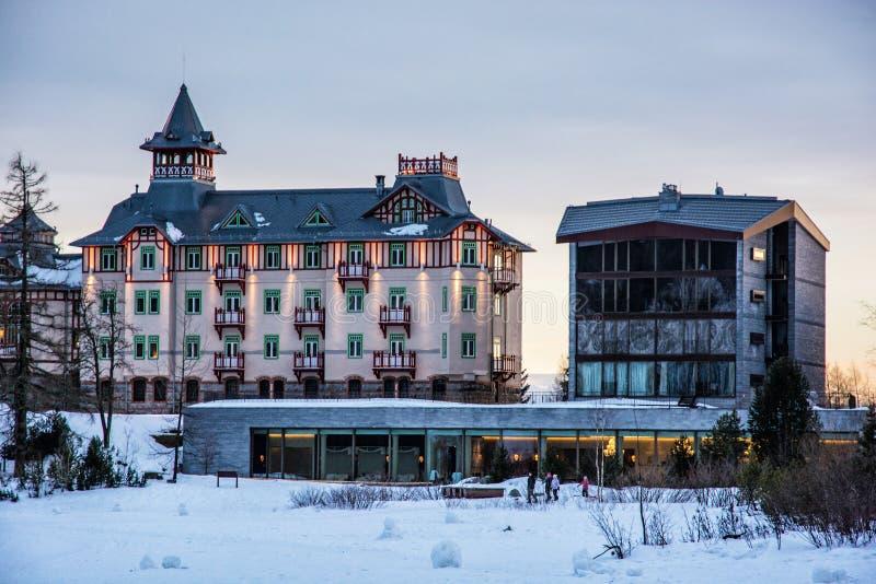 Hotel in Strbske Pleso, hohes Tatras, Slowakische Republik, Sonnenuntergang sce lizenzfreies stockbild