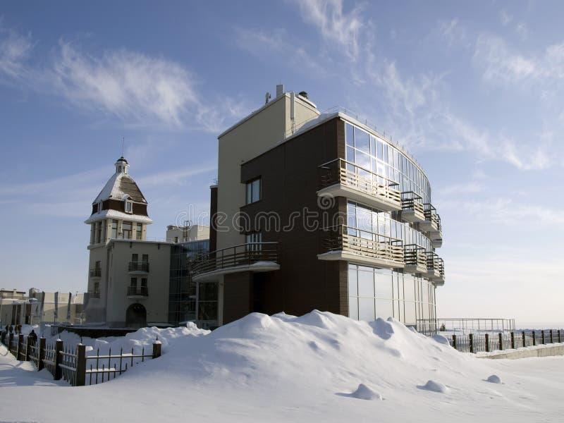 Hotel sul puntello congelato del lago fotografia stock