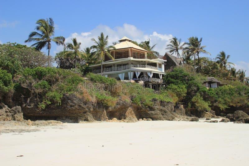 Hotel sulle rive dell'Oceano Indiano circondato dalle palme Il Kenia, Africa immagine stock libera da diritti