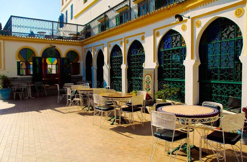 Hotel Tanger Medina, Marrocos, tabelas exteriores do pátio, arquitetura árabe fotografia de stock