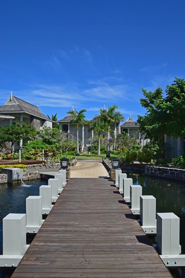Hotel turístico exclusivo hermoso con el pequeño puente de madera que conecta la calzada con los chalets fotografía de archivo