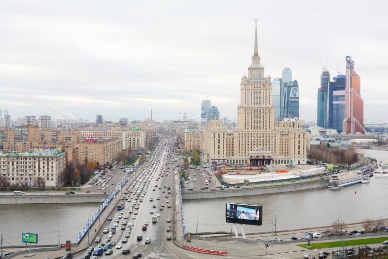 Hotel Ucraina e complesso di affari della città di Mosca fotografie stock
