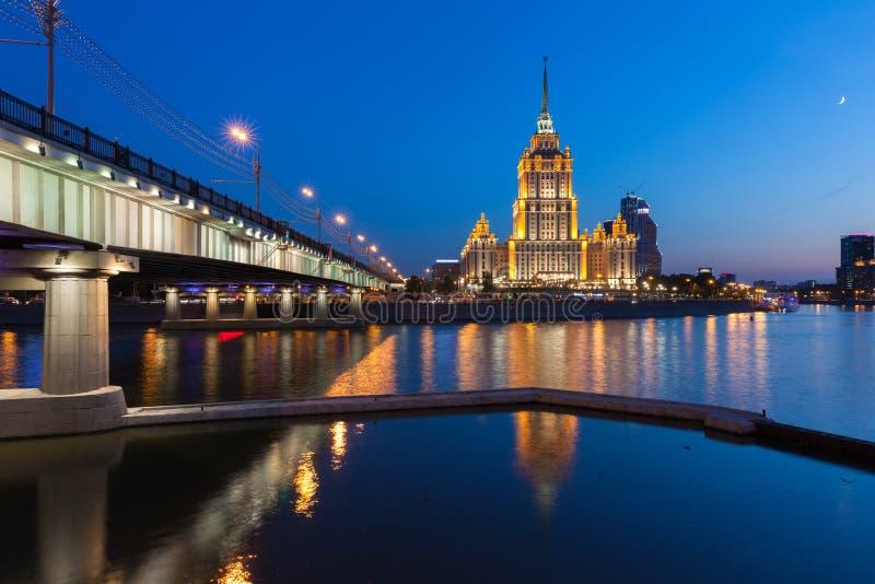 Hotel Ucrania, uno de los siete edificios de las hermanas en la oscuridad, Moscú imagen de archivo