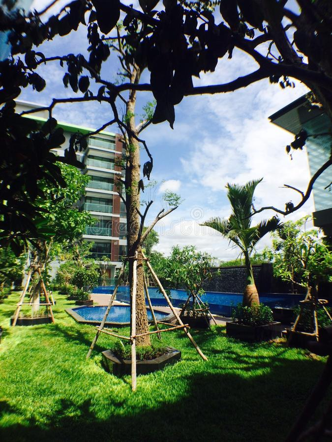 Hotel und Himmel stockbild