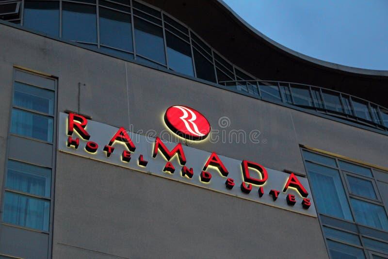 Hotel und Reihen Ramada lizenzfreie stockbilder