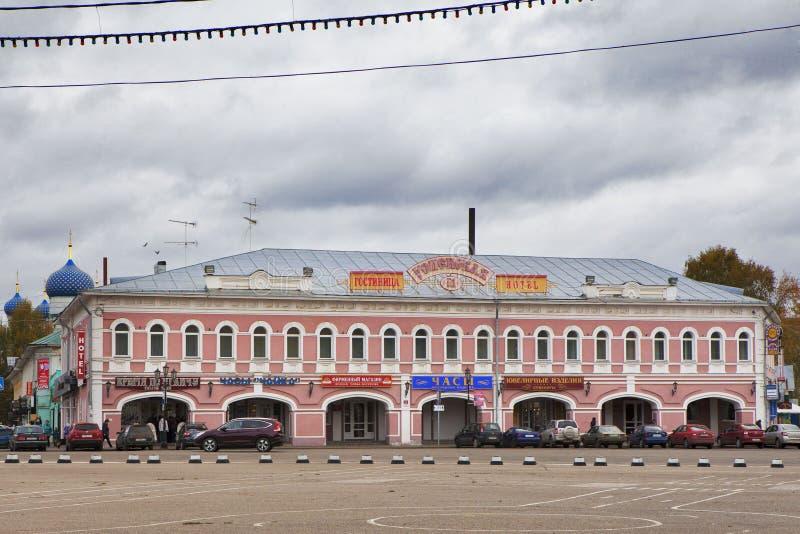 Hotel Uspenskaya (de bouw van vroegere handelsrijen) in oude Russische stad van Uglich, Rusland stock foto's