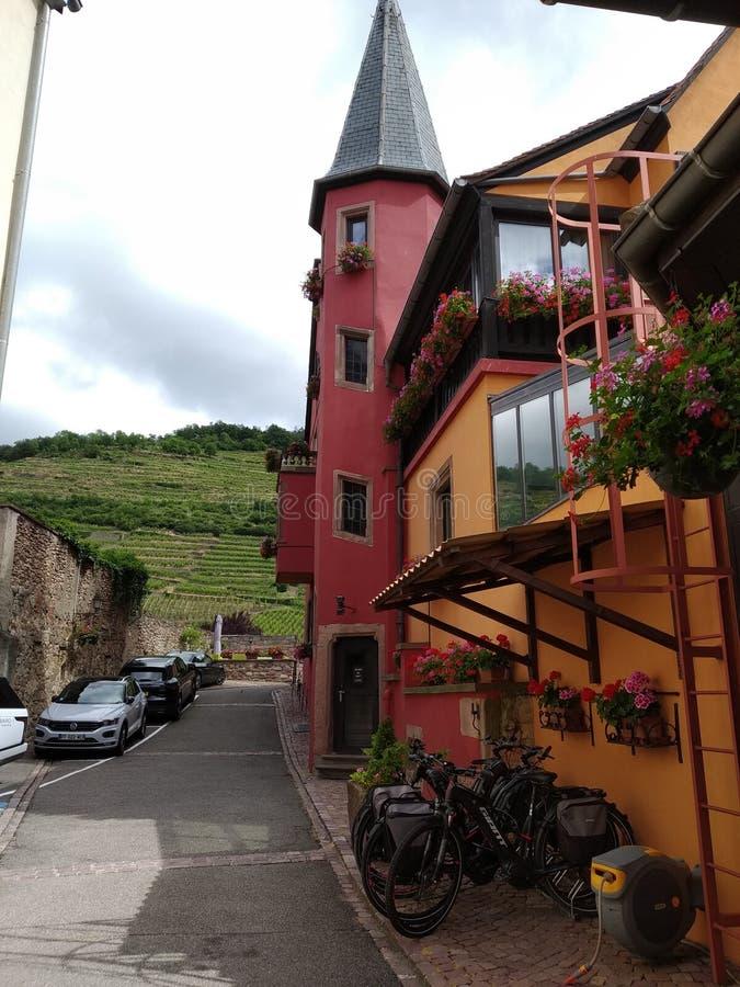 Hotel variopinto nel villaggio pittoresco di Kausesberg, Francia fotografie stock