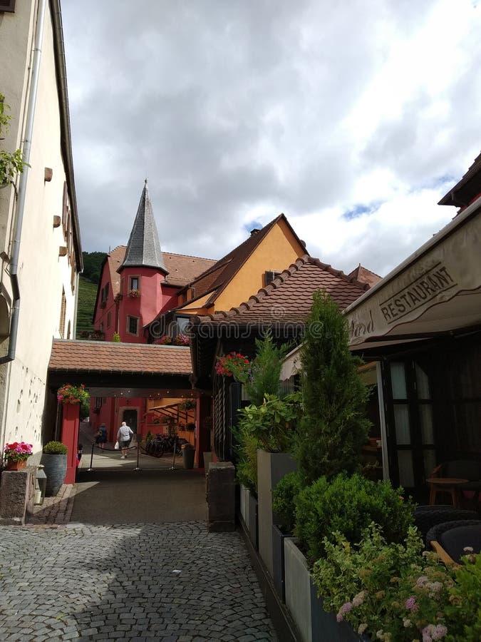 Hotel variopinto nel villaggio pittoresco di Kausesberg, Francia immagini stock libere da diritti