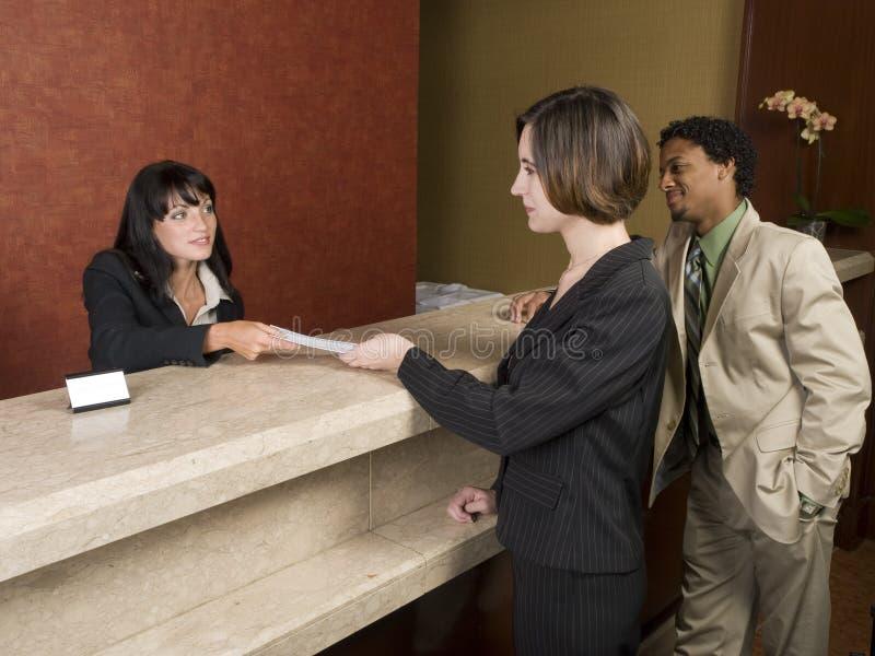 Hotel - viaggiatori di affari immagini stock libere da diritti
