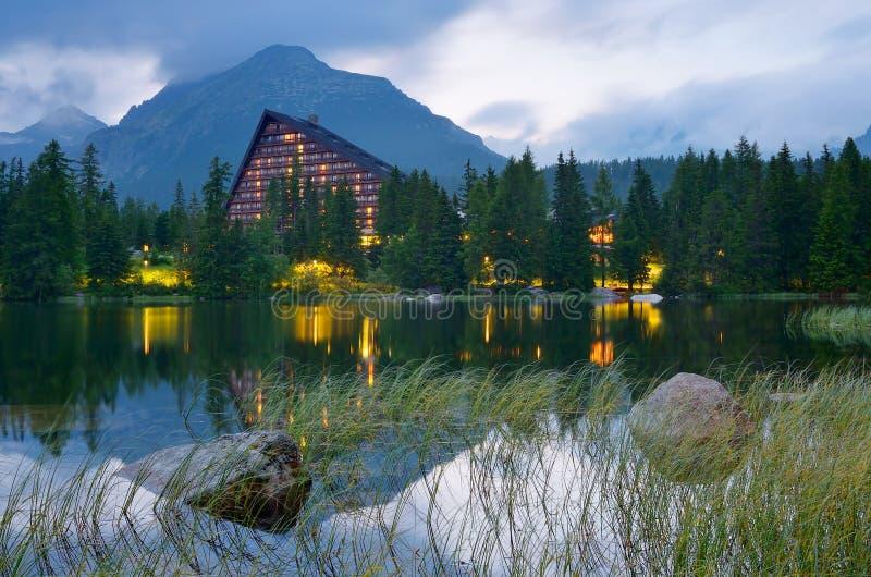 Hotel vicino al lago immagine stock