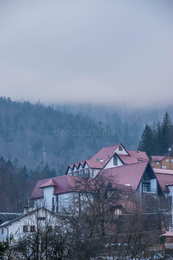 Hotel w górach Las w mgle zdjęcie royalty free