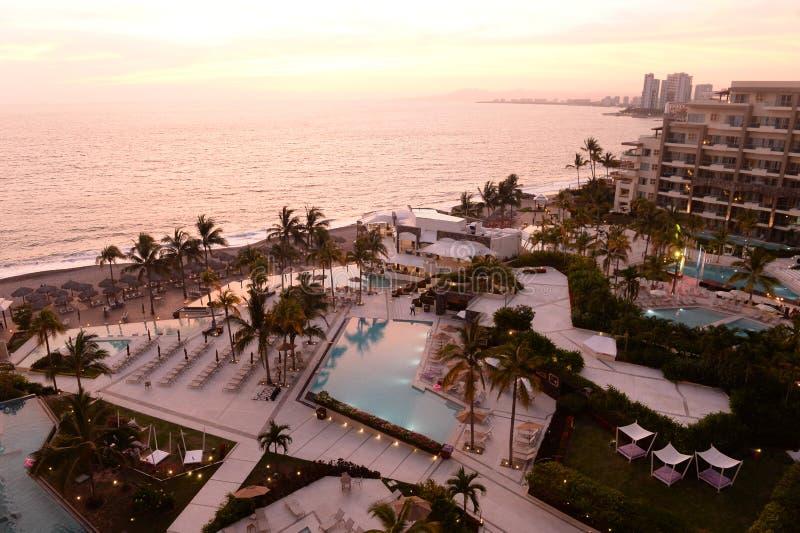 Hotel w kurorcie z pływackim basenem fotografia royalty free