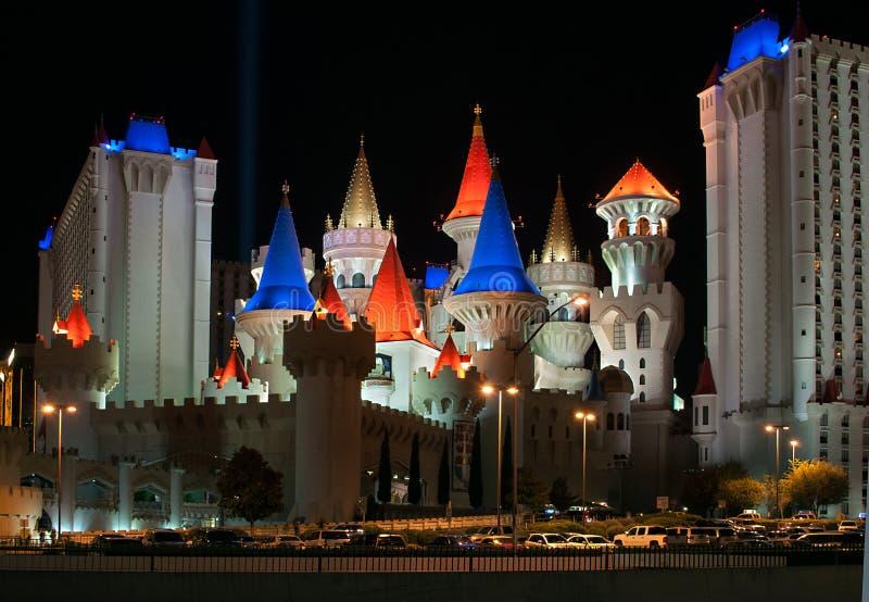 Hotel y casino de Excalibur en la noche en Las Vegas imagenes de archivo