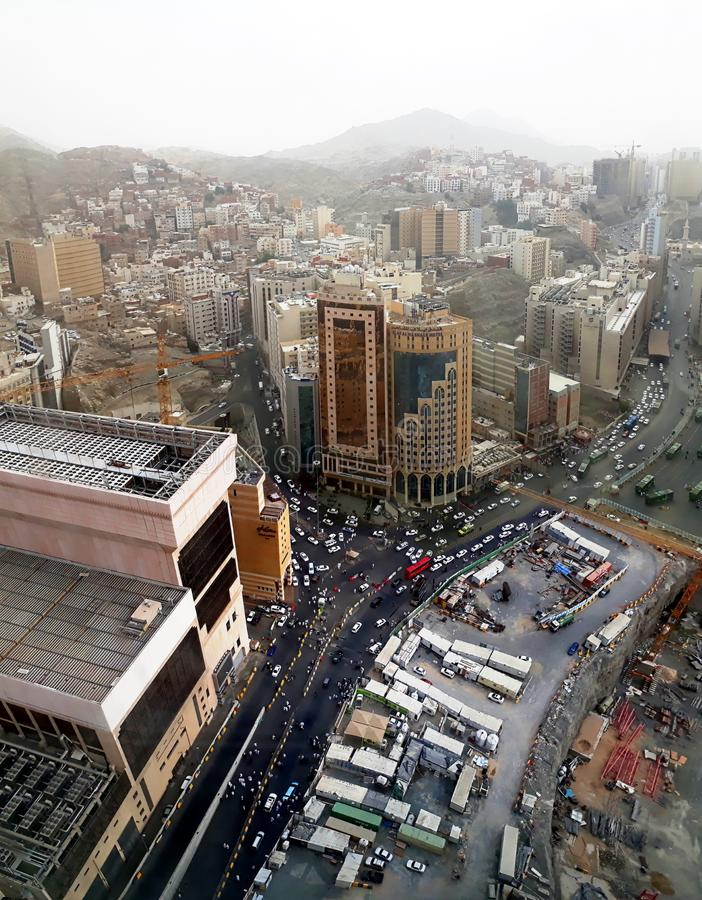 Hotel y gente del al-Mashaer de Elaf que caminan en la calle en la ciudad santa de Makkah en la Arabia Saudita imágenes de archivo libres de regalías
