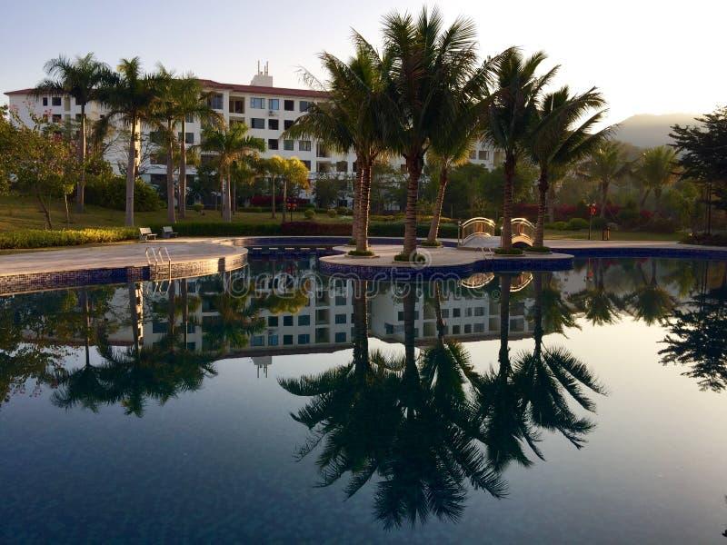 Hotel y lago rústicos de lujo imágenes de archivo libres de regalías