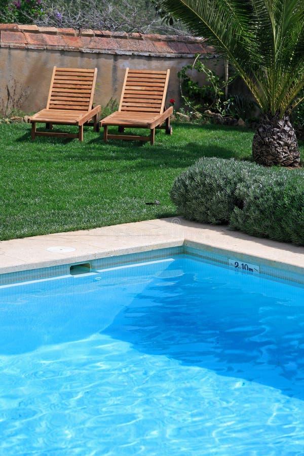 Hotel y piscina rústicos de lujo en campo fotografía de archivo