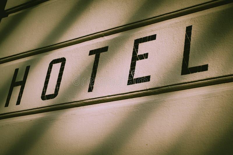 Hotel-Zeichen auf einer errichtenden Außenwand in München, Deutschland lizenzfreie stockfotos