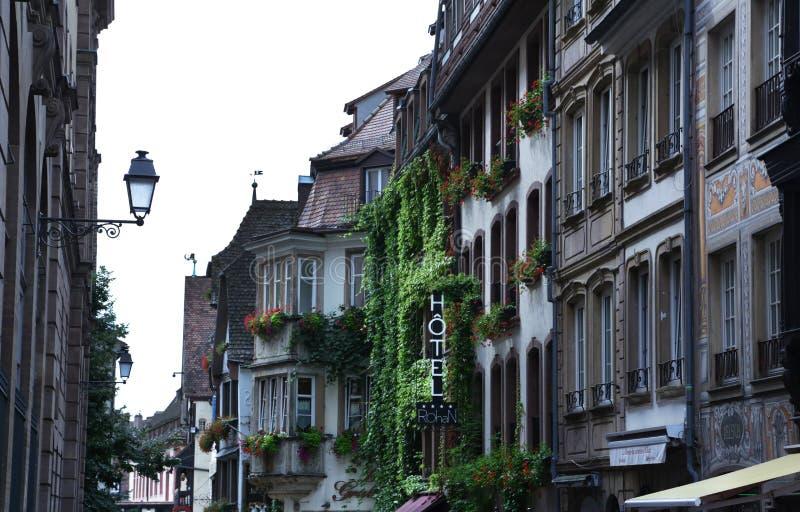 Hotel-Zeichen und Straße in Straßburg, Frankreich 2016 lizenzfreie stockfotografie