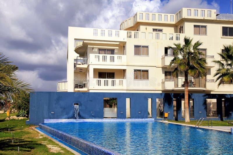 Hotel, zwembad en palmen, Cyprus stock foto's