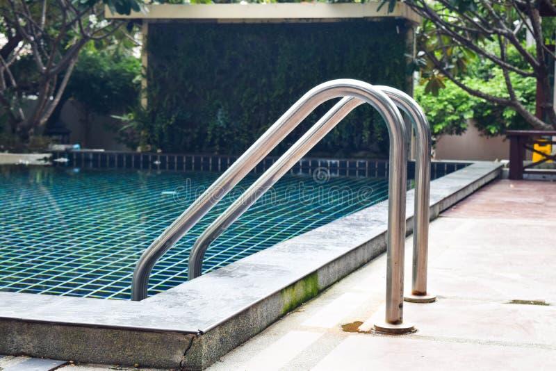 Hotel zwembad met de trede van de metaalleuning royalty-vrije stock afbeelding