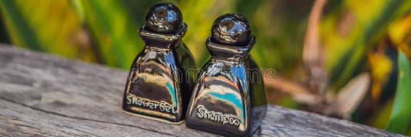 Hotelannehmlichkeits-Ausrüstungsbadekurort, Seife und Shampoo FAHNE, langes Format lizenzfreies stockfoto