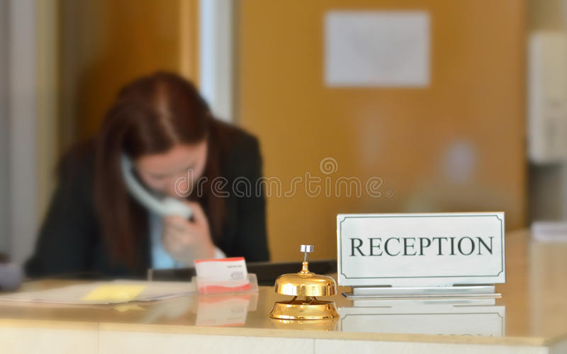 Hotelaufnahmeschreibtisch mit Glocke stockfotos