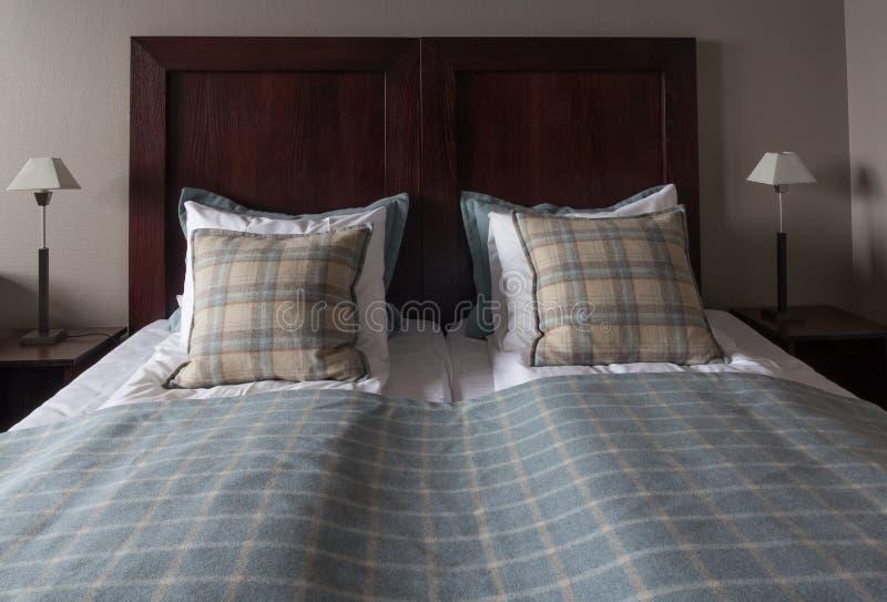 Hotelbed en lijsten stock afbeeldingen