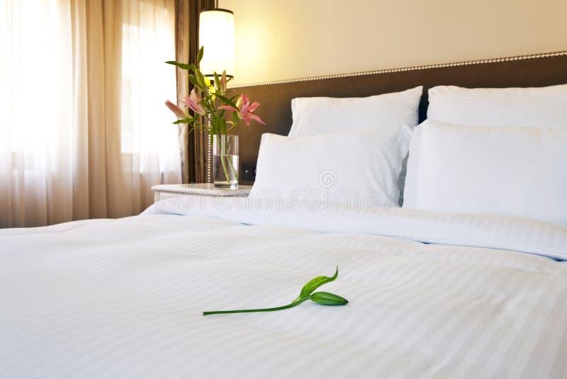 Hotelbett stockfoto