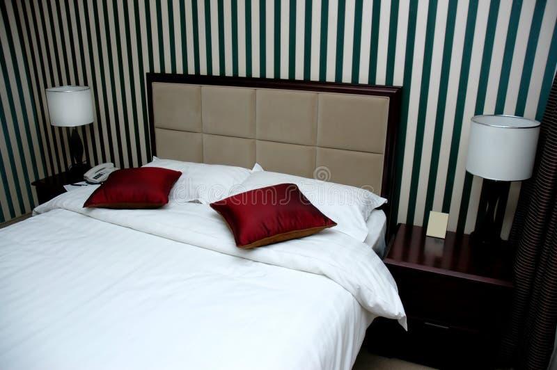 Hotelbettraum stockfoto