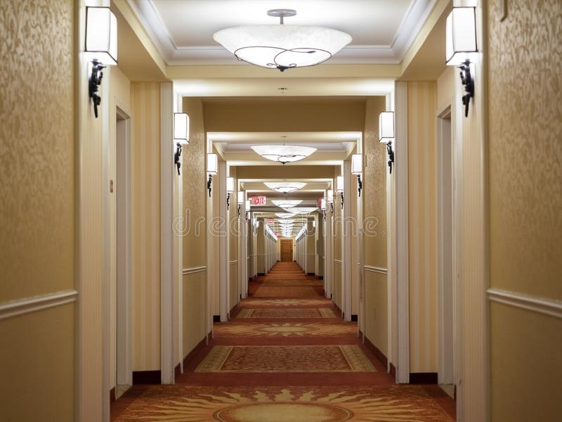 Hotelcorridor zoals gezien toen ik terugliep naar mijn kamer stock afbeeldingen