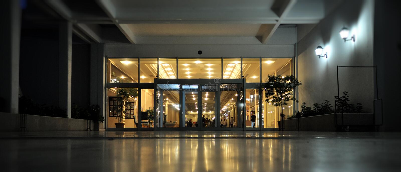 Hoteleingang genommen an der Dämmerung lizenzfreie stockfotografie