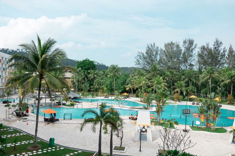 Hotelerholungsort und schwimmender Poolbereich in der Ufergegend Batam, Indonesien, am 4. Mai 2019 lizenzfreies stockfoto
