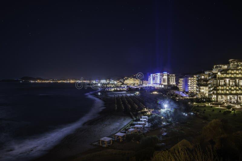 Hoteles de lujo de Grecia Rodas en la noche fotografía de archivo libre de regalías