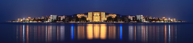 Hoteles del mar del panorama del paisaje de la noche imagen de archivo libre de regalías