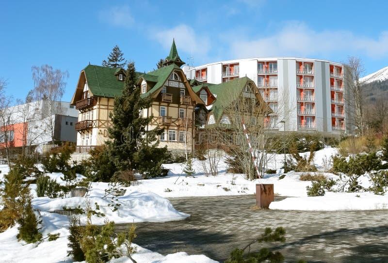 Hoteles viejos y modernos en alto Tatras. imagenes de archivo
